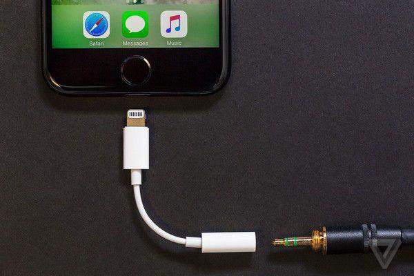 Phụ kiện chuyển đổi từ cổng lightning sang cổng 3,5mm không còn được cung cấp miễn phí trong hộp đựng iPhone XS và XS Max như trước đây, dù 2 sản phẩm đều có mức giá rất cao (Ảnh: TheVerge)
